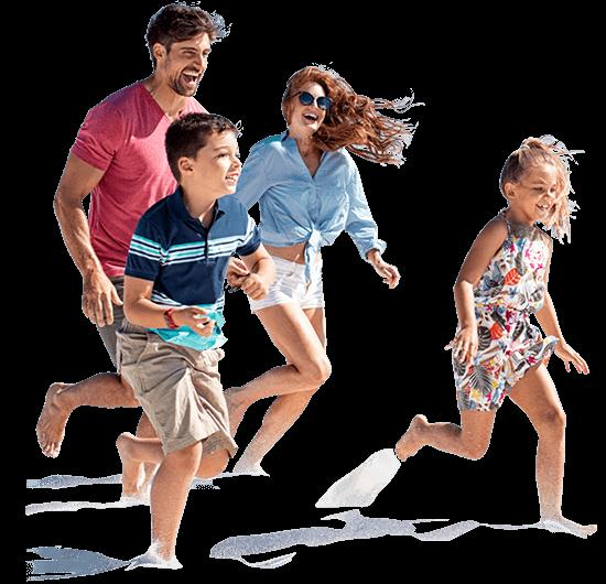 familia feliz en la playa de cancun con globos