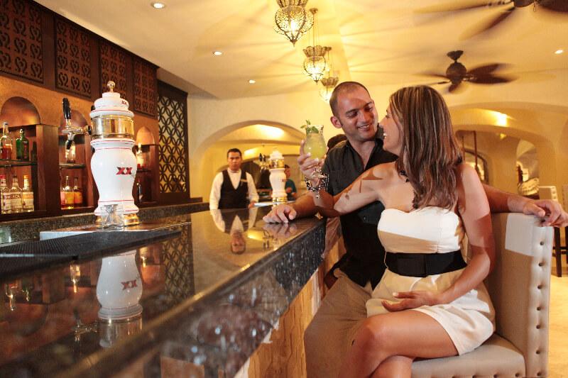 bar del vestibulo del hotel en gr caribe, en cancun