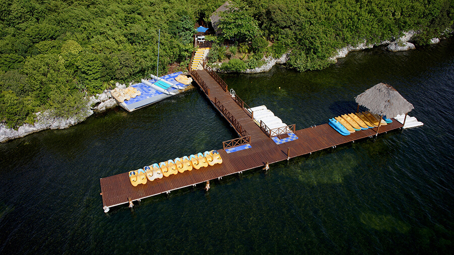kayaks y botes de pedales para recorrer la laguna
