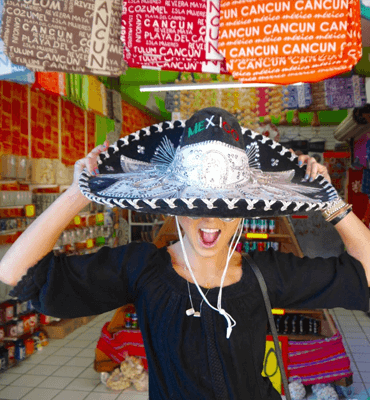 Turistas en las tiendas de Cancún