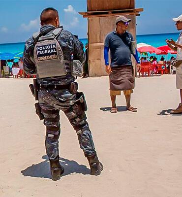 Policias resguardando las playas de Cancun
