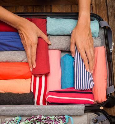 Enrollando la ropa en tu equipaje