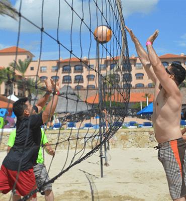 Jugando Voleibol en la Playa de Los Cabos