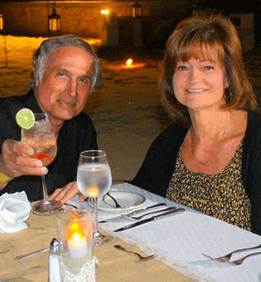 Pareja en la Cena de Luna Llena en la Playa de Los Cabos