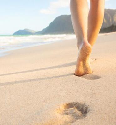 Caminando en la Playa durante el amanecer