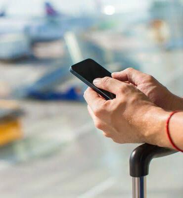 Utilizando tu celular para confirmar tu reserva en el aeropuerto