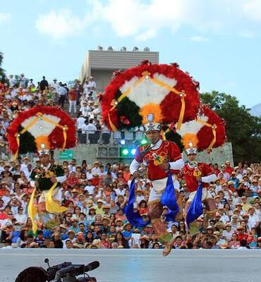 Bailes tradicionales durante el festival en Cancún