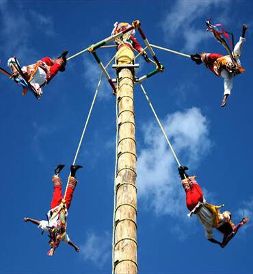 Voladores de Papantla en el Festival de la Vida y la Muerte en Cancún