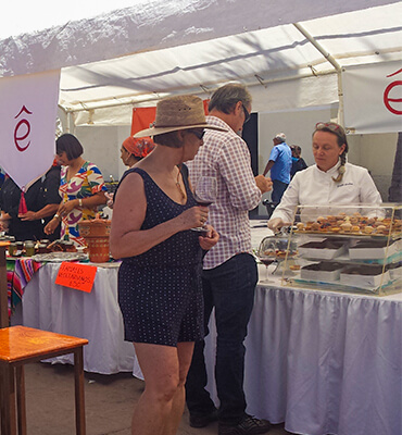 Probando la comida en el festival de Vinos en Todos Santos