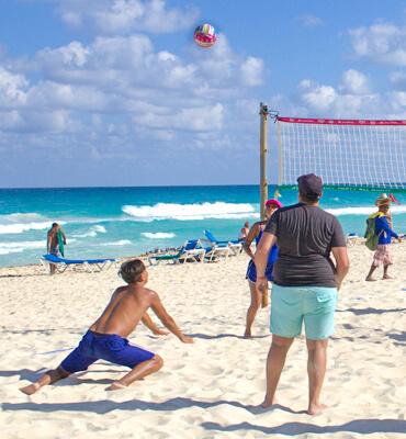 Jugando Voleibol en la Playa de Cancún