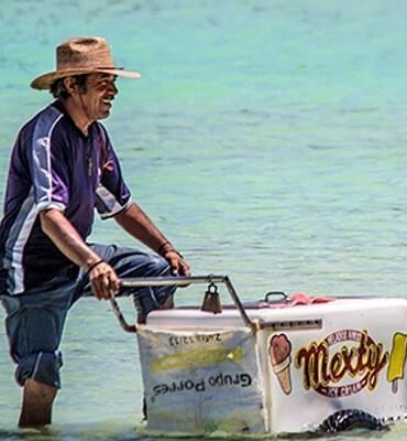 vendedores-en-la-playa-balandra