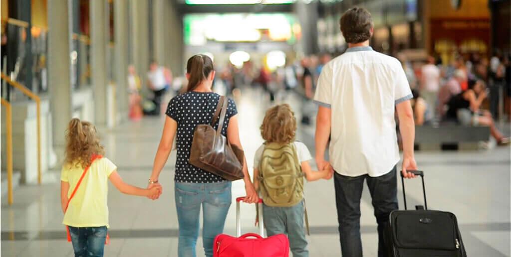 familia-en-el-aeropuerto-con-maletas