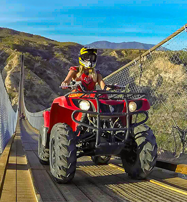 Conduciendo un ATV en un puente colgante en Los Cabos