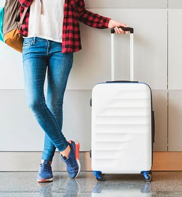 Preparando las Maletas con Ropa para Viajar en las Vacaciones