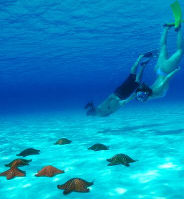 Nadando en la Isla de Conzumel en Cancun
