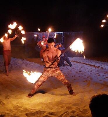 Show con Fuego en la Hora del Planeta en Cabos