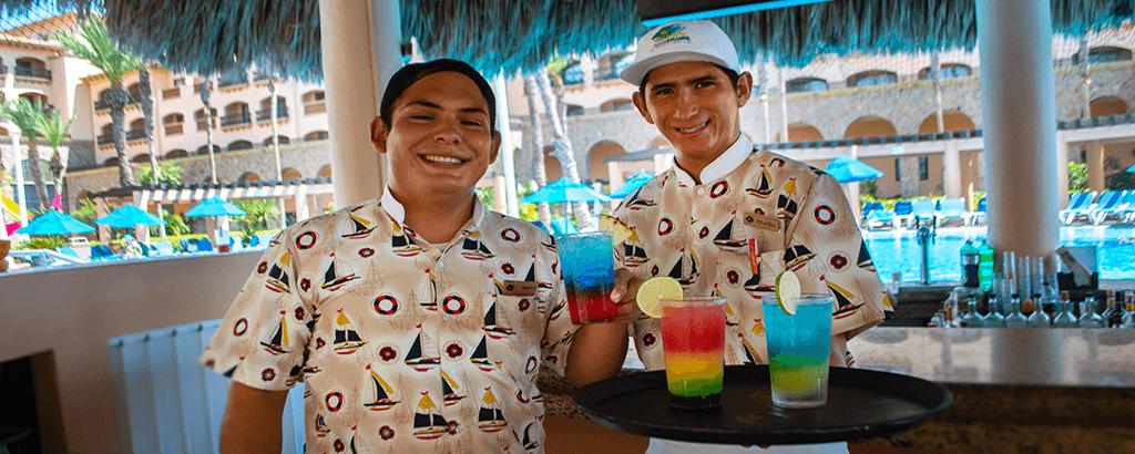 Meseros del Swim Up Bar en Club Solaris Cabos
