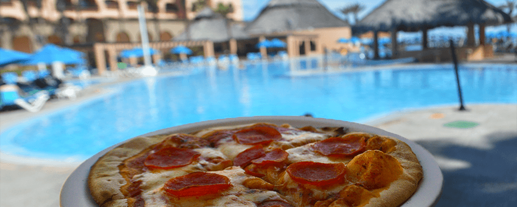 Pizza en la Alberca de Royal Solaris Los Cabos
