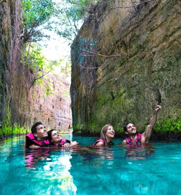 Nadando en los Ríos Subterráneos del Parque Xcaret en Cancún